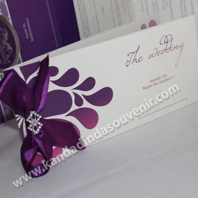 undangan pernikahan warna ungu