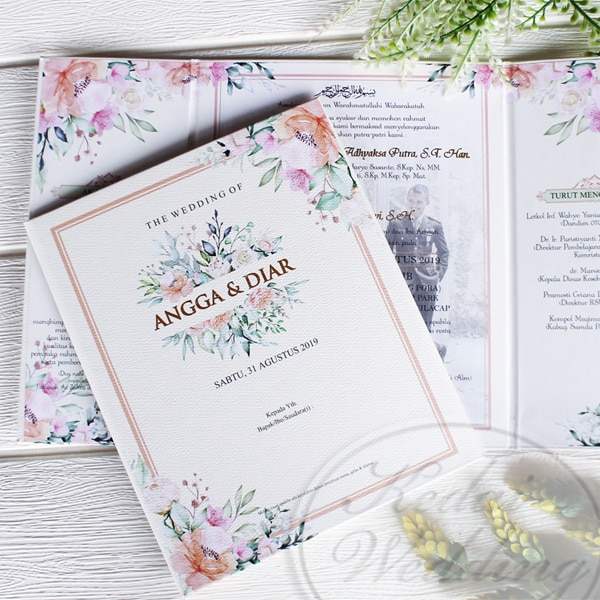 undangan pernikahan hardcover desain watercolor dengan background foto prewedding
